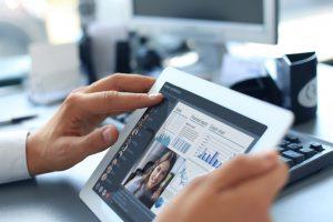 Tablet mit aktivem Videocall und Statistiken